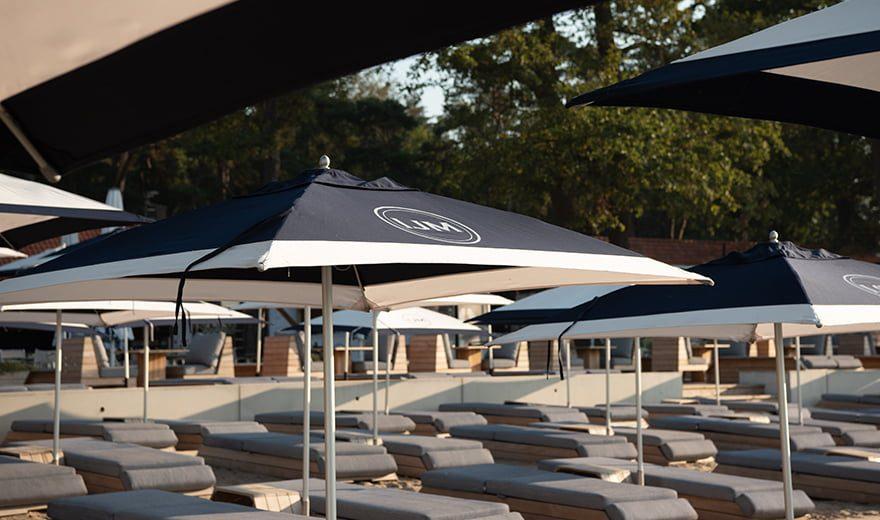 Lounge-area-ligbedjes-Strandbad